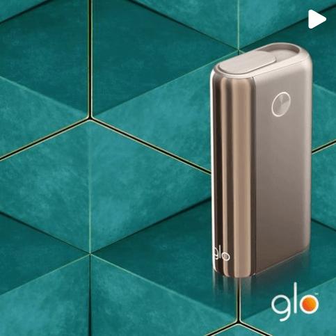 4 kolory glo™ Hyper+: czarny, biały, niebieski, złoty - akcesoria do papierosów w czterech kolorach